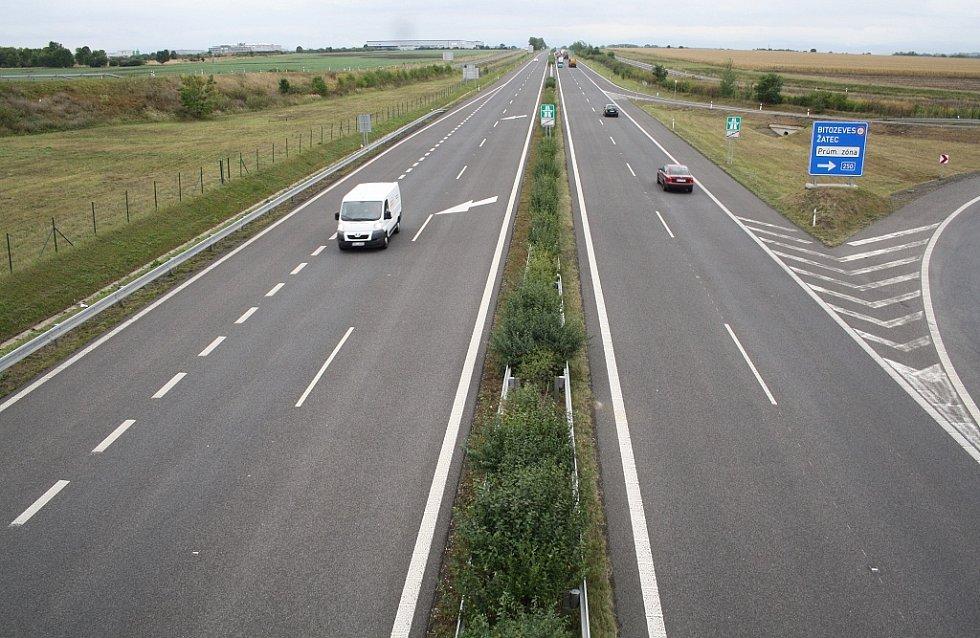 Hotová část dálnice D7 ve směru od odbočky na Bitozeves do Chomutova