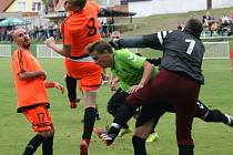 Utkání Vroutku B (v oranžovém) proti Buškovicím