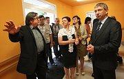 Josef Kolert (vlevo) vítá ministra Drábka v nově opraveném domově. Uprostřed v bílém je starostka  Žatce Zdeňka Hamousová.