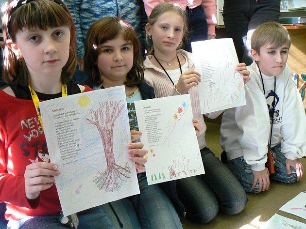 Denisa Racková, Kamila Lopatová a Simona Vokurková (zleva) ukazují, jak si poradily s úkolem ilustrovat stránky knížek podle jejich textů.