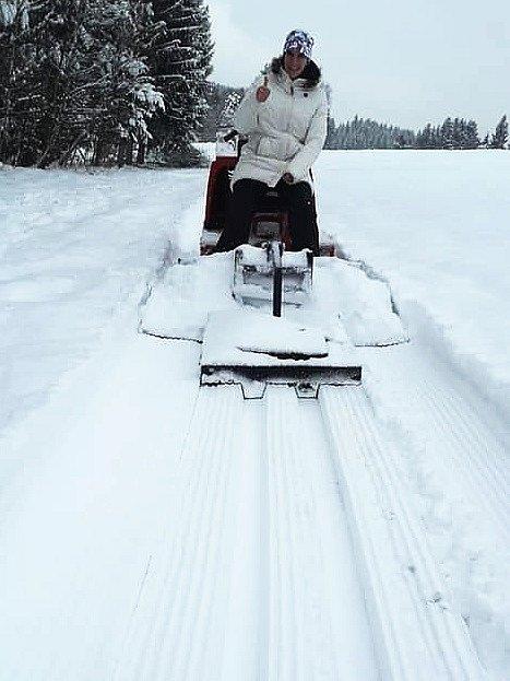 Dobrovolníci v Podbořanech upravují tratě pro běžkaře v okolí města. V těsném sousedství města vzniklo hned několik tras. Tratě upravují pomocí skútru a pluhu