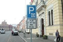 Nová dopravní značka upravující parkování na náměstí v Postoloprtech.