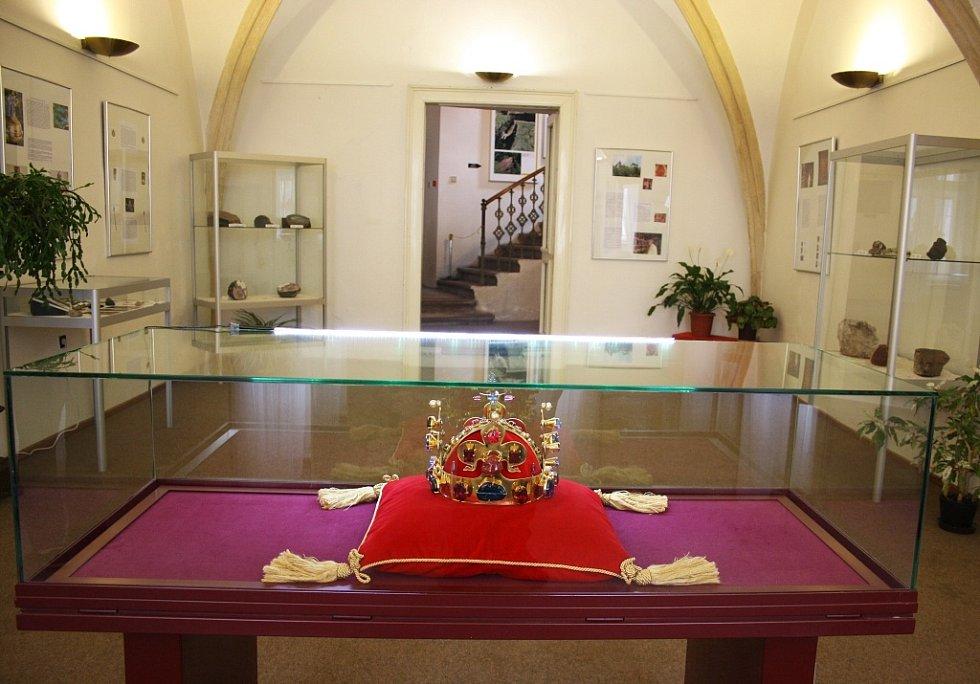 Koruna je hlavním lákadlem expozice Drahé kameny za doby Karla IV. a dominuje výstavním prostorám