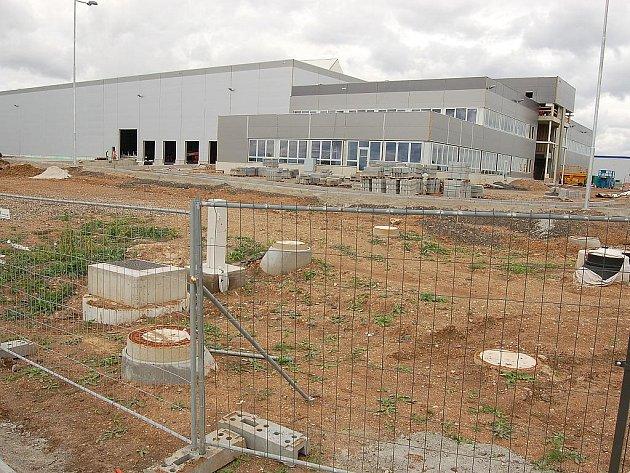 Vznikající nová továrna firmy Solar Turbines v žatecké zóně.