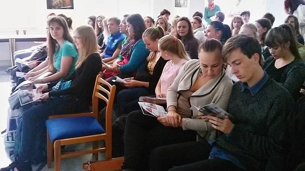 Studenti na přednášce o transplantací krvetvorných buněk.