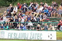 Stadionu v Žatci chybí tribuna.