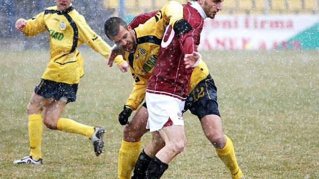 Martin Suchý a Jan Holenda v souboji o míč