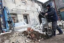 Dělníci pracují v zázemí bývalého skladu chmele poblíž Chmelařského muzea v Žatci.