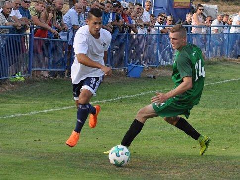 Fotbalisté Dobroměřic (v bílém) inkasovali doma pět branek.