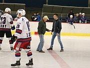 O první vhození kotouče do hry se postarali Radek Příhoda, ředitel lounských sportovišť, a Zdeněk Slavíček, správce místního zimního stadionu