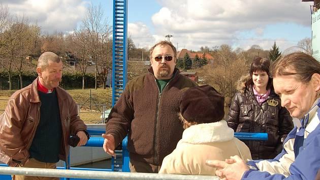 Zdeněk Řehoř ze společnosti Reno Energy (druhý zleva) vysvětluje návštěvníkům, jak funguje vodní elektrárna v Libočanech.