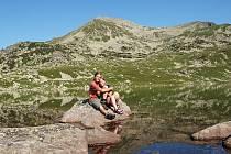 Pro takovéhle okamžiky to všechno dobrodruzi podstupují. Štěpán Kotek a Petra Ullmannová při návštěvě rumunského národního parku Retezat, kam zavítali loni.