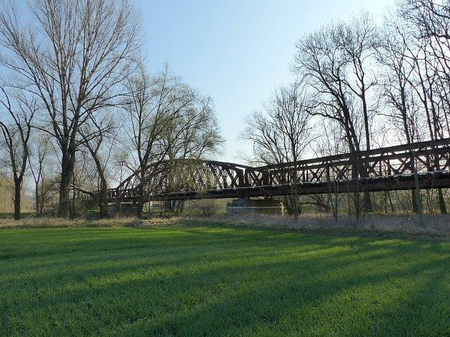 Železniční most přes řeku Ohři uKoštic projde letos rozsáhlou rekonstrukcí.