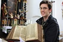 Kurátor Jaroslav Havrlant ukazuje jednu z biblí, kterou si v rámci předloňské Noci kostelů mohli lidé  prohlédnout v Lounech. Rovněž na zítřejší večer připravili pořadatelé v rámci této akce na mnoha  místech okresu Louny zajímavý program.