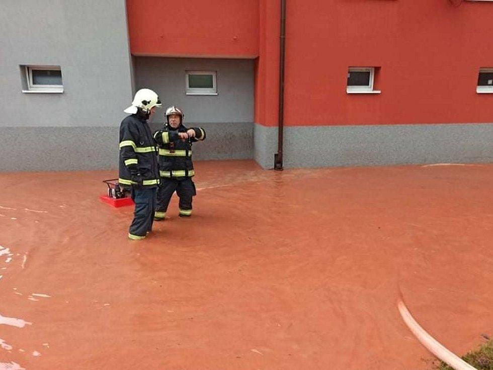 Hasiči na Podbořansku vyjížděli pomáhat po přívalových deštích.