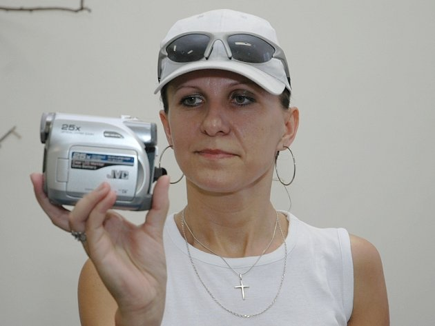 Iveta Špinerová si prohlíží digitální videokameru.