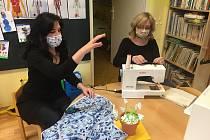 Do šití roušek se pustily také zaměstnankyně v žatecké mateřské škole Alergo.