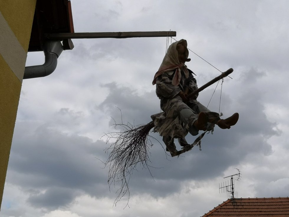 Čarodějnice na kole, letící i havarovaná. V Touchovicích mají fantazii