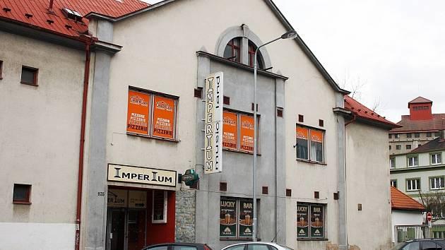 Dům v Poděbradově ulici v Lounech. Kdysi tam bývala Zastávka, ještě nedávno diskotéka Imperium
