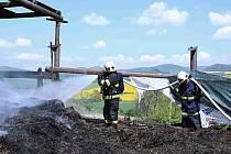 Požár staré slámy na dvoře statku v obci Mnichovský Týnec na Lounsku