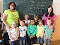 Prvňáčkové ze ZŠ Petrohrad - Černčice s paní učitelkou Evou Učíkovou (vlevo) a pedagogickou asistentkou Boženou Worzischkovou Adámkovou