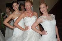 Modelky ve svatebních šatech.