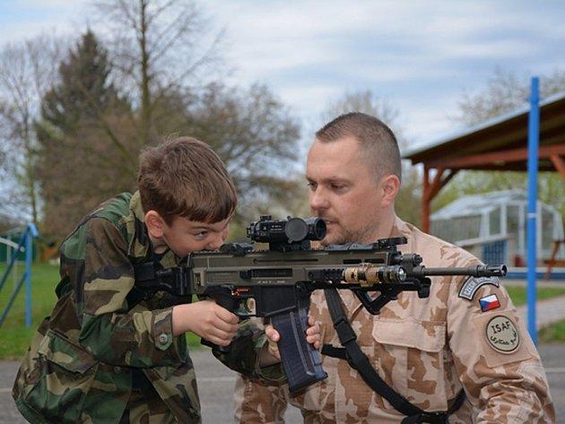 Voják se školákem při návštěvě v Měcholupech.