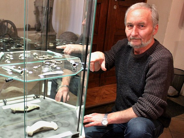 Vedoucí archeologického oddělení žateckého muzea Petr Holodňák u vystavených nálezů.