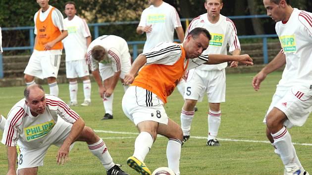 Přípravný fotbalový zápas Blšany (v oranžovém) - Velká Černoc (v bílém) skončil výsledkem 10:2. Blšany se nyní představí v ostrém startu jako první z okresu - už v sobotu nastupují v Bílině.