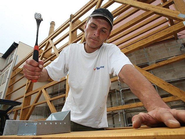Na stavbě Chrámu chmele a piva v Žatci pracuje také Richard Pour.