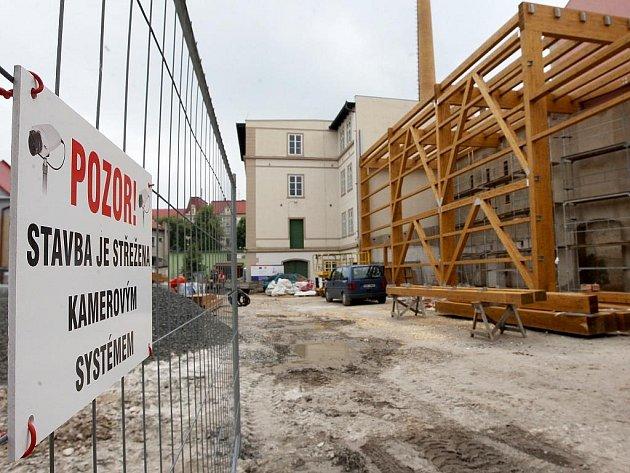Práce na stavbě Chrámu chmele a piva v Žatci jsou v plném proudu