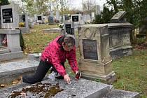 V Košticích na Lounsku tradičně dávají lidé svíčky jako vzpomínku při dušičkách i na opuštěné hroby.