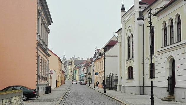 Hilbertova ulice v Lounech, pohled směrem k náměstí. Po pravé straně se nebude smět zastavit