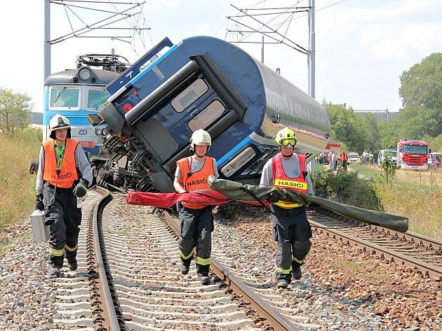 Záchranáři u havarovaných vlaků na Plzeňsku.