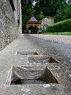 Připravené otvory pro kameny u domu čp 6. Jen několik kroků od Boženiny studánky