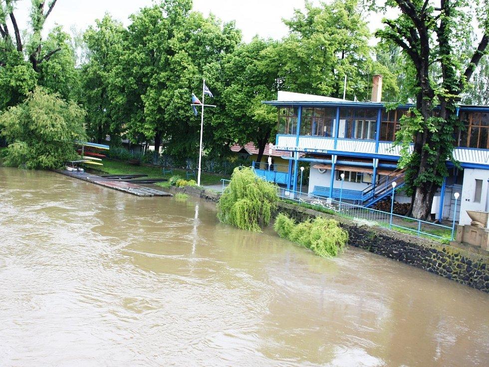 Rozvodněná Ohře v Lounech 4. 6. 2013. Pohled na veslařský klub