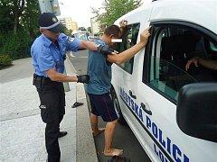 Strážníci muže předvedli ke zjištění totožnosti