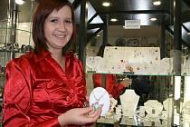 """""""Šperky se před Vánocemi prodávají dobře,"""" říká Kateřina Nechanická,  prodavačka ve zlatnictví v Lounech."""