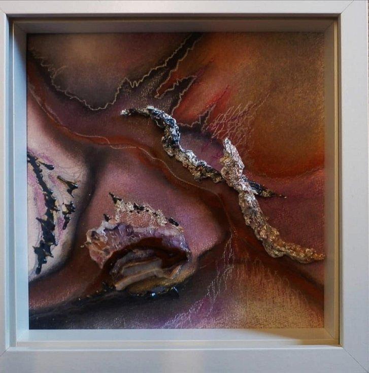 """Galerie Sladovna v Žatci opět funguje. Vidět tam můžete výstavu obrazů Jitky Větrovské nazvanou """"Minerály v pastelech""""."""
