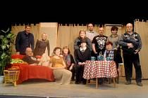 Sbor amatérského divadla v Košticích po zkoušce na sobotní premiéru.