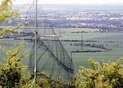 Dobroměřice a Louny pohledem z vrchu Raná. V popředí síť na odchyt ptáků