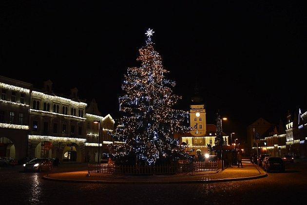 Vánoční strom na náměstí Svobody vŽatci.