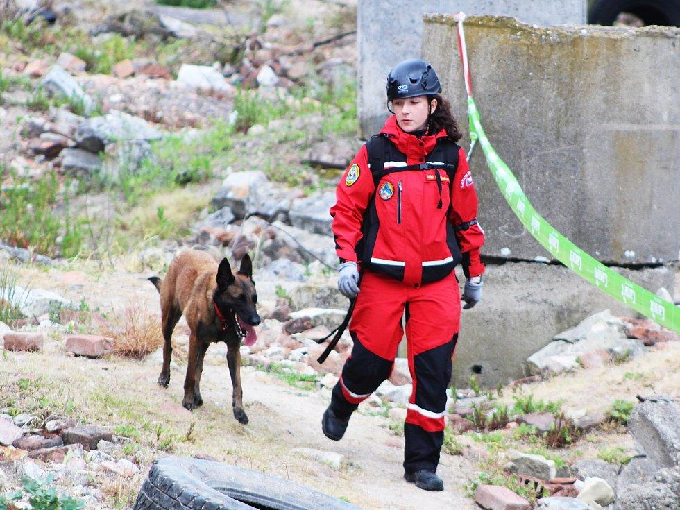 Špičkoví psi cvičení na vyhledávání lidí v sutinách a jejich psovodi si dali dostaveníčko ve Chbanech
