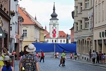 Filmaři při natáčení snímku Jojo Rabbit v Žatci takto zahradili přístup i pohled do centra města, na náměstí Svobody.