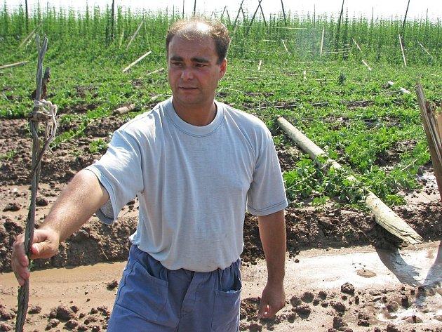 Lubomír Olah si prohlíží přervaný drát spadlé chmelnice u Stekníku