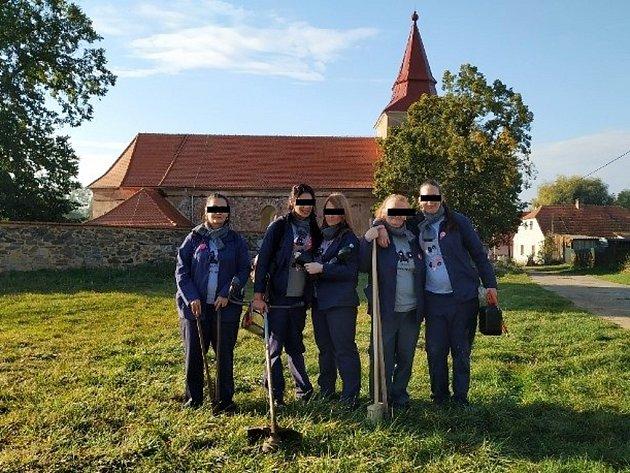 Odsouzené ženy z Drahonic se fotografují po úklidu v okolí kostela v Libyni.