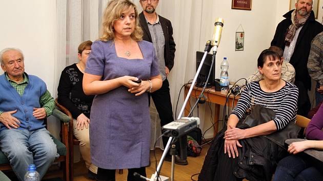 Ředitelka Žatecké teplárenské společnosti Alena Hlávková (uprostřed) hovoří na lednovém jednání zastupitelstva města.