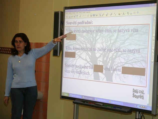 Učitelka Helena Přibylová zkouší ovládat interaktivní tabuli při čtvrtečním nácviku.