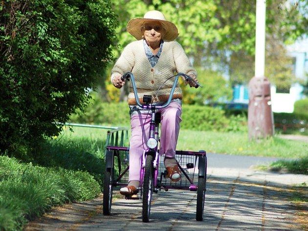 Jiřina Valentová oslavila sté narozeniny. I přes svůj věk stále pracuje na zahrádce, na kterou jezdí na tříkolce.