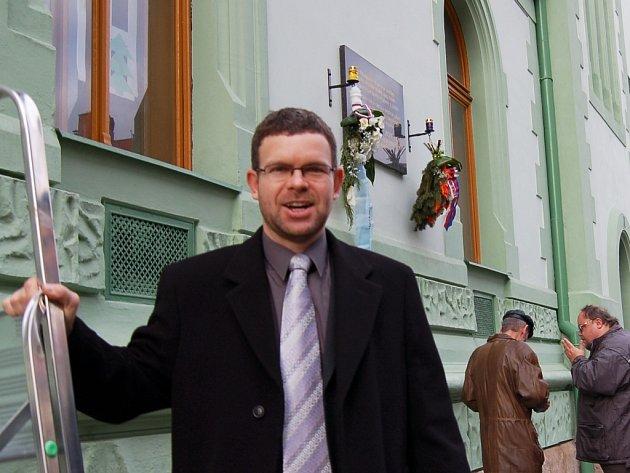 Starosta Loun Jan Kerner při loňském pietním aktu u sokovny.